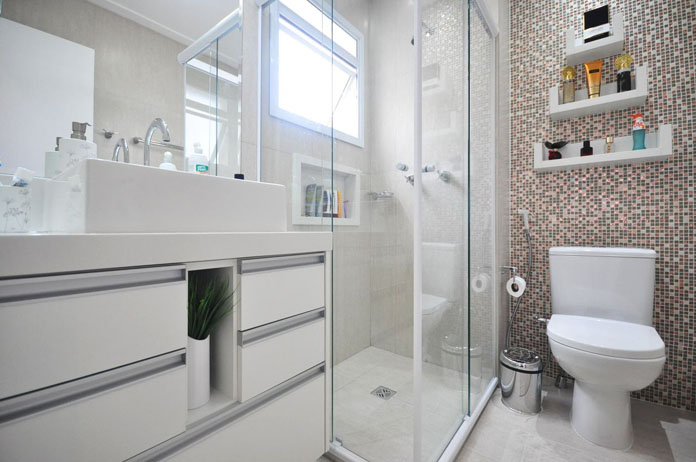 banheiro decorado simples com nichos