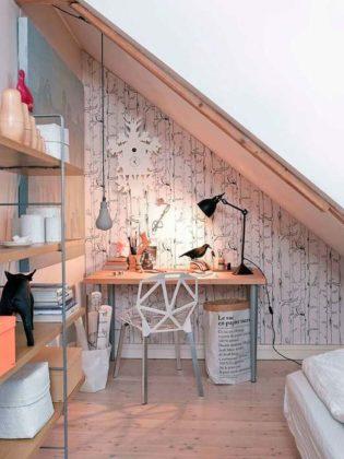 Home office embaixo da escada
