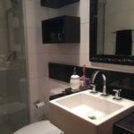 Banheiro preto e branco com nicho