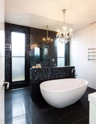 Banheiro preto e branco com pastilha