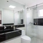 Banheiro preto e branco grande