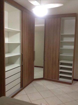 Closet planejado com portas