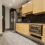 Cozinha com piso preto e branco