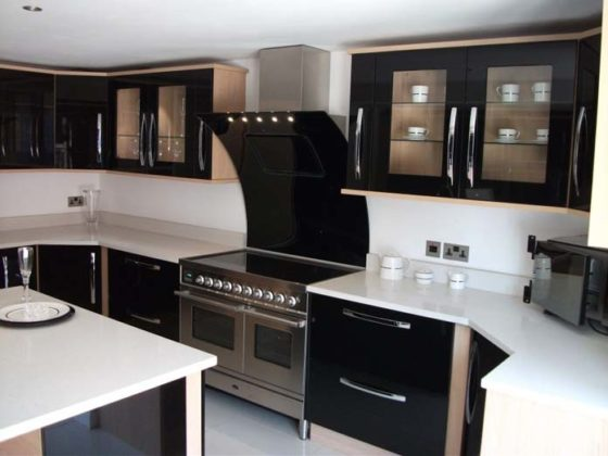 Cozinha preta e branca moderna