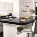 Cozinha preta e branca pequena
