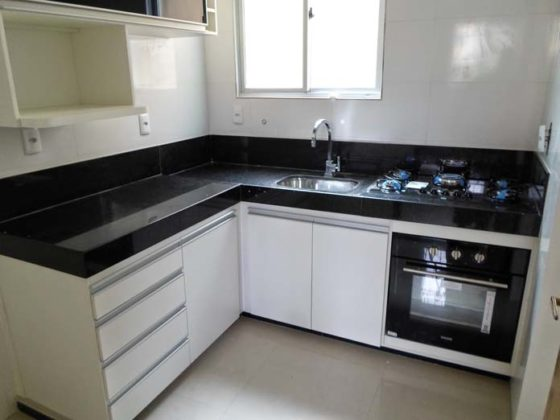 Cozinha preta e branca planejada