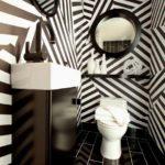banheiro preto e branco com papel de parede
