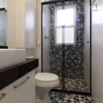 banheiro preto e branco xadrez