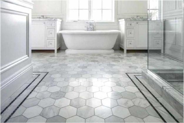 Banheiro com piso antiderrapante