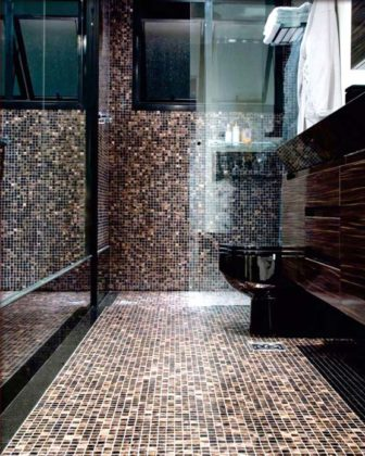 Banheiro com piso de pastilha
