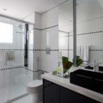 Banheiro com piso de porcelanato