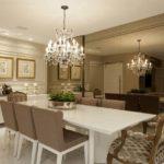 Decoração de sala de jantar com espelho