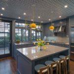 cozinha com papel de parede no teto