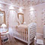 Papel de parede no teto do quarto de bebê
