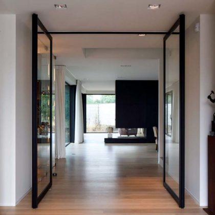 porta pivotante em vidro