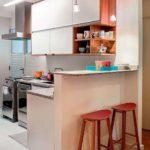Decoração de cozinha americana pequena com sala