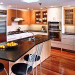 Decoração de cozinha moderna com ilha