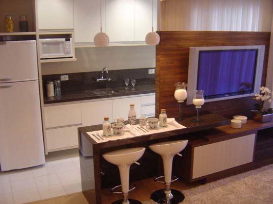 cozinha americana junto com o painel da sala de TV