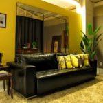 sala decorada sofá preto de couro