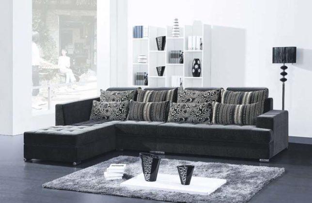 sala decorada sofá preto com almofadas