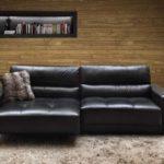 decoracao com sofá preto retrátil