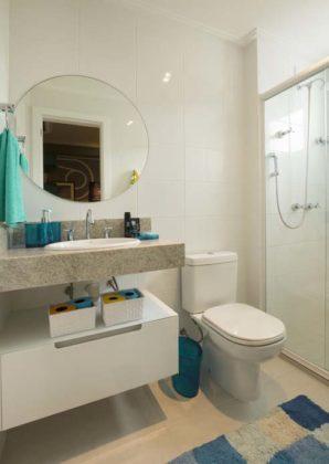 Espelho redondo no banheiro