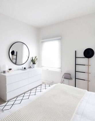 Espelho redondo no quarto