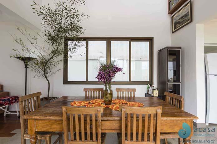 mesa rústica de jantar ou na sala de estar