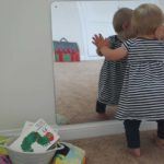 Decoração com espelho para quarto montessoriano