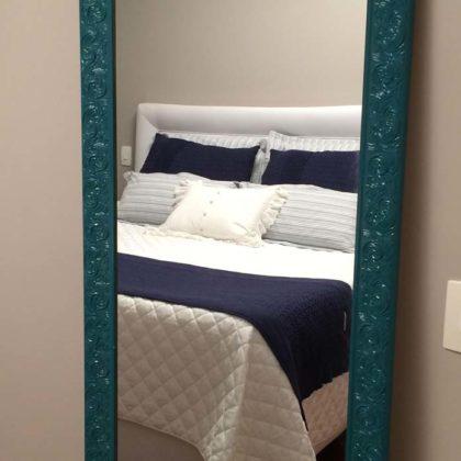 Decoração com espelho com moldura para quarto