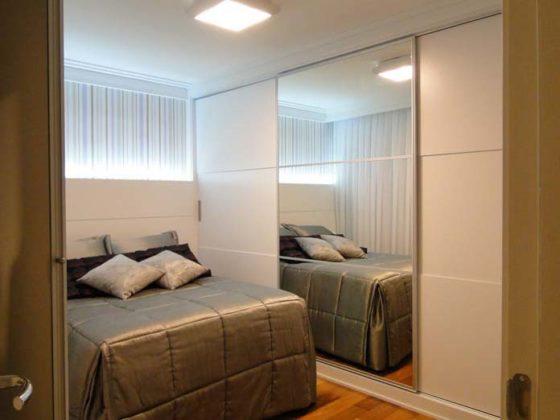 Decoração com espelho para quarto pequeno