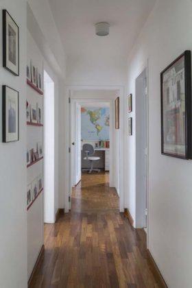 decoração com quadros no corredor