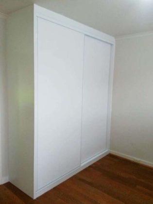 Guarda-roupa de gesso com porta de madeira