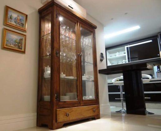 Cristaleira de madeira