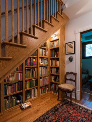 biblioteca embaixo da escada