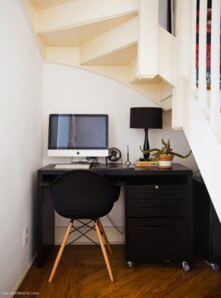 escritório embaixo da escada