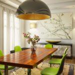 vasos de plantas em mesas de jantar