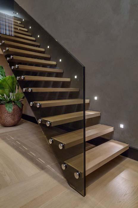 Escada de madeira e vidro