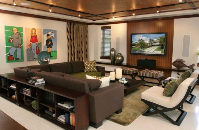 Sala decorada com móveis robustos em tons escuros