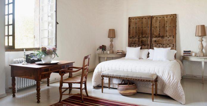 Quarto com móveis robustos e decoração rústica