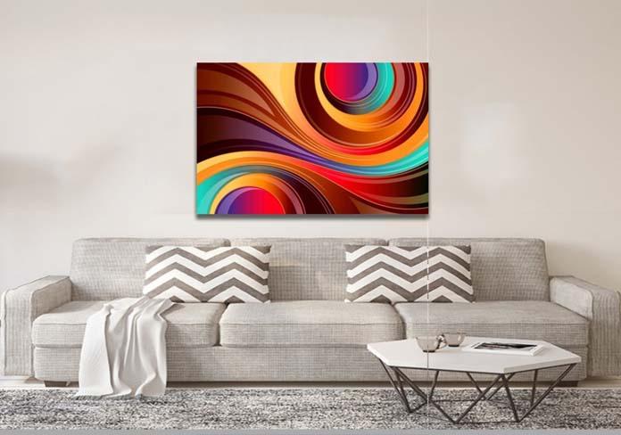 Sala clara com quadro grande e cheio de cor