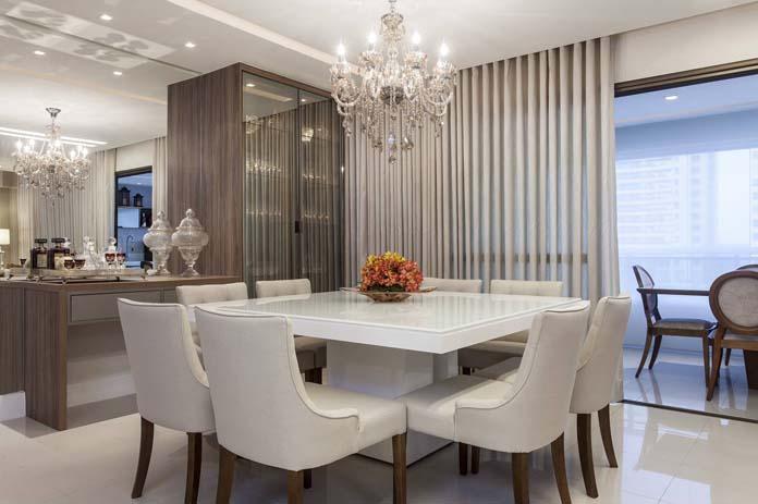 decoração de sala de jantar com itens chaves e cores claras