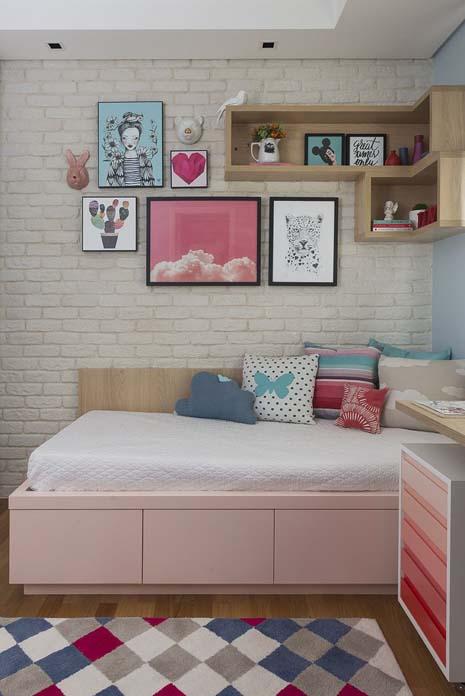decoracao de quarto de menina em tons de rosa e com quadros na parede