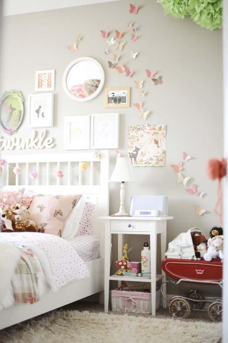 quarto de menina decorado em tons claros e tapete branco