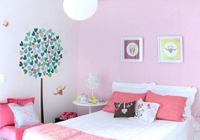 quarto de menina com quadros e adesivsos decorativos