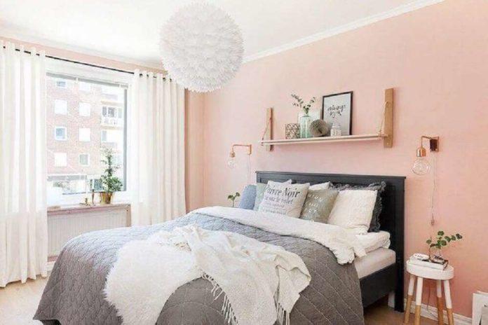 quarto com cama de casal e decoração feminina