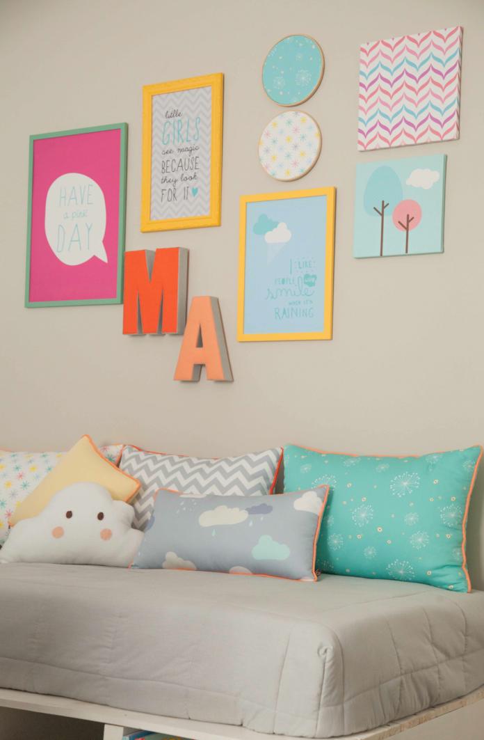decoração de quarto de menina com mix de tons claros e fortes, quadros decorativos na parede