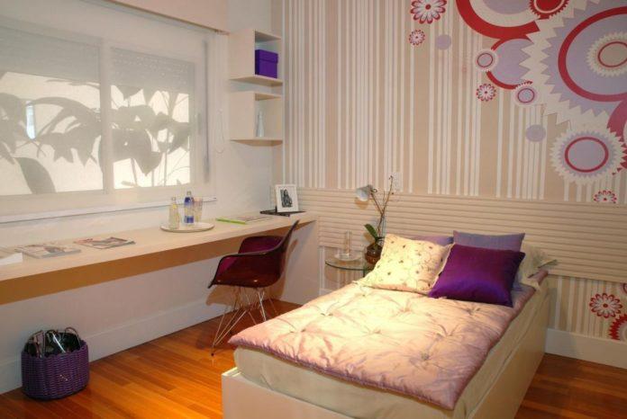Decoração de quarto em tons claros com detalhes em tons de roxo.