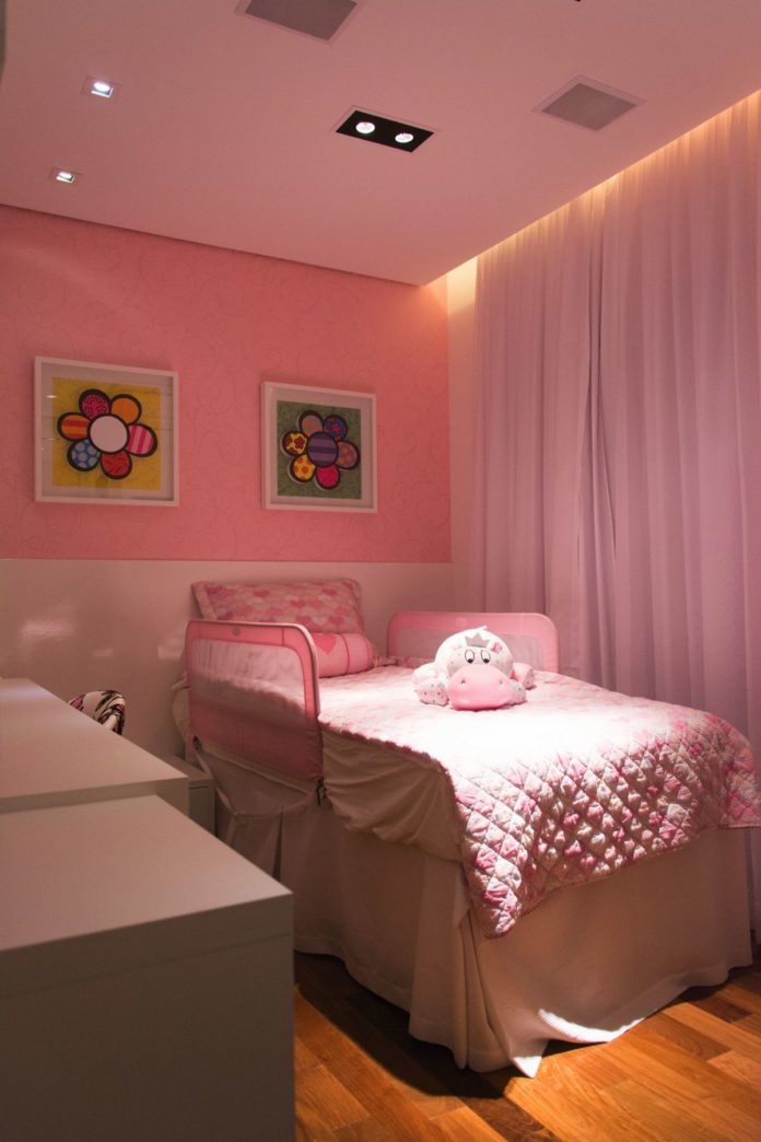 Quarto de menina com decoracao em rosa e branco