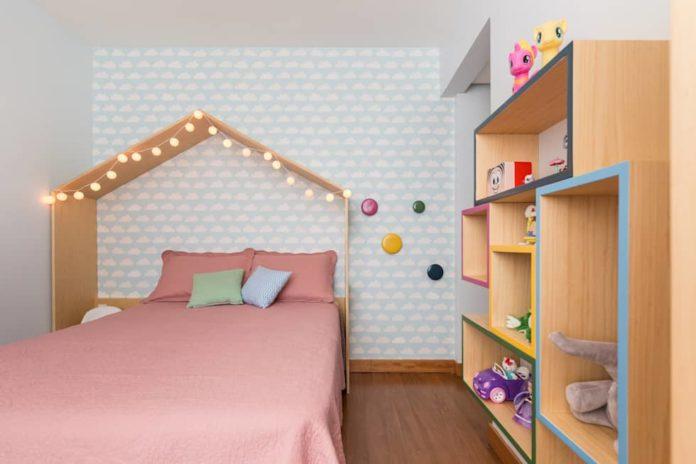 quarto de menina decorada com cama em forma de casinha